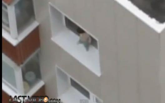 Un enfant se balade tranquillement sur le rebord de la fenêtre (Video)