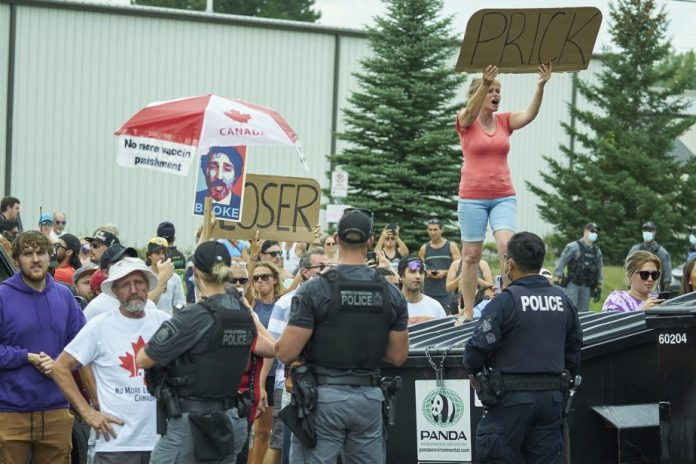 Blanchet suggère à Trudeau de changer d'attitude devant les manifestants anti-vaccin